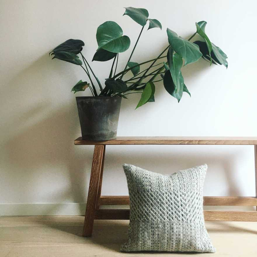 Woven cushion in ecru with graphic design